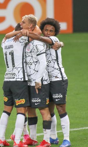 Jogadores do Corinthians celebram gol de Roger Guedes no clássico com o Palmeiras, na Neo Química Arena, pelo Brasileirão 2021