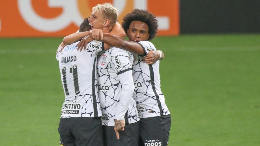 Jogadores do Corinthians celebram gol de Roger Guedes no clássico com o Palmeiras, na Neo Química Arena, pelo Brasileirão 2021 - DANILO FERNANDES/FRAMEPHOTO/ESTADÃO CONTEÚDO