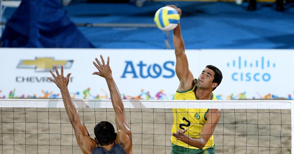 Vitor Felipe ataca na final contra o México do vôlei de praia do Pan de Toronto