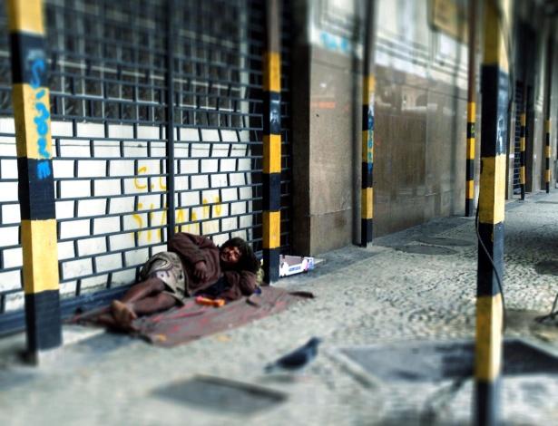 Morador de rua dorme sobre marquise em obras na praça Mauá, no Rio de Janeiro - Ana Carolina Fernandes/Folhapress