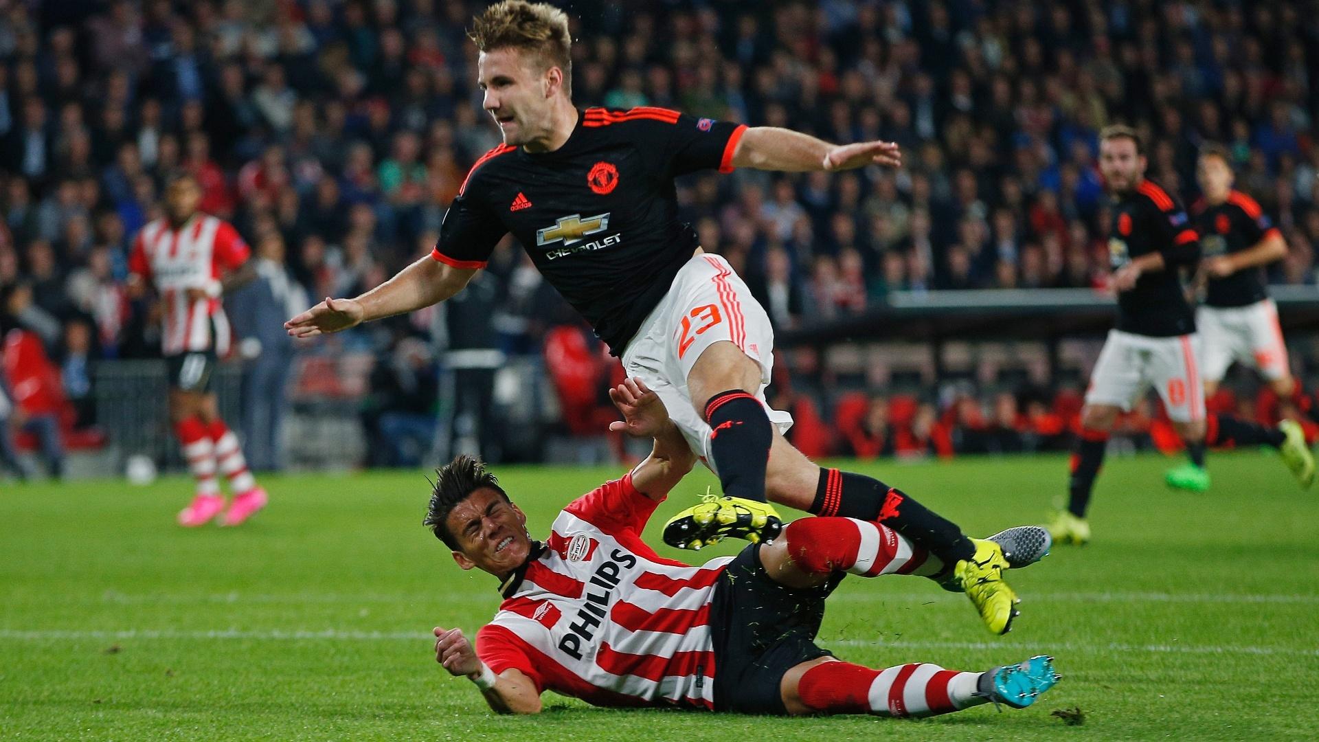 No lance, o árbitro da partida nem marcou a infração, que teria resultado em pênalti para o United; PSV bateu o Manchester por 2x1