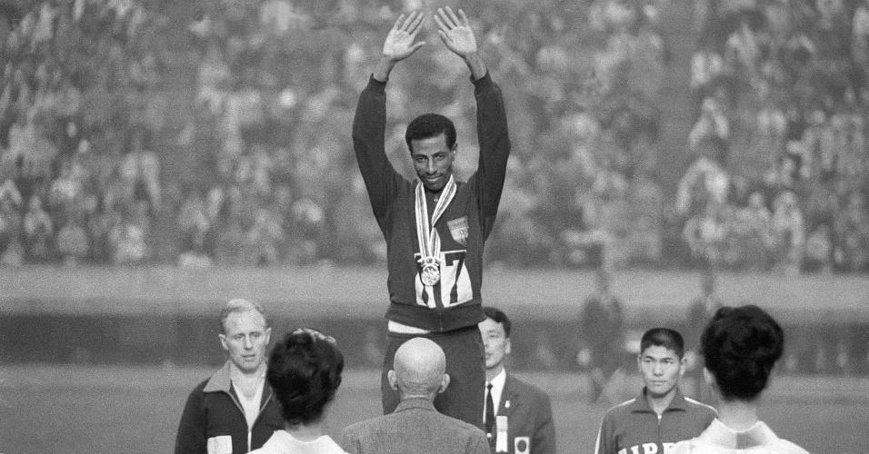 21.out.1964 - Abebe Bikila (c) recebe a medalha de ouro da maratona na Olimpíada de Tóquio-1964