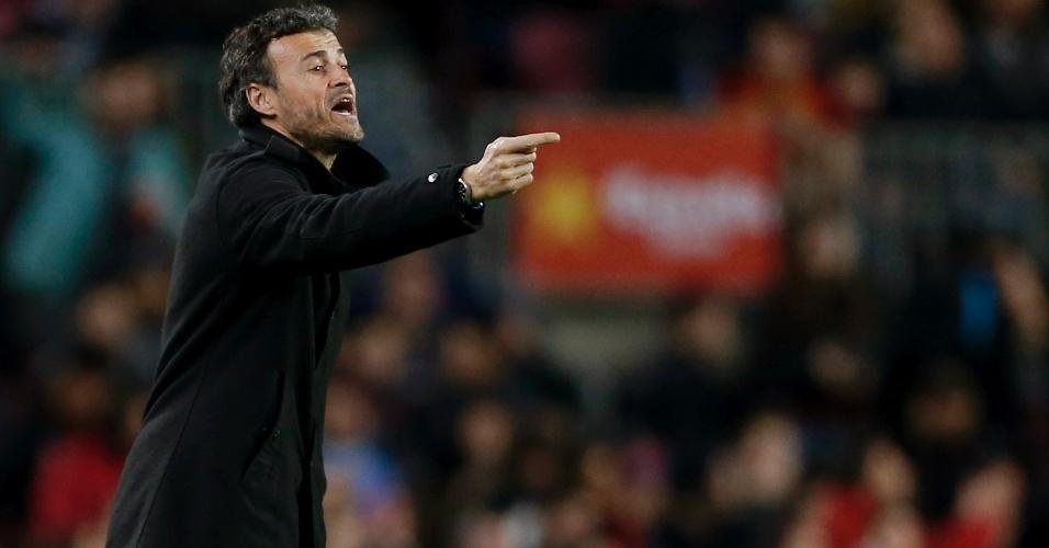 Luis Enrique orienta os jogadores do Barcelona no confronto com o Valencia pela Copa do Rei