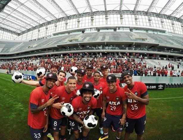 Descontração marcou o primeiro treino do Atlético-PR na grama sintética