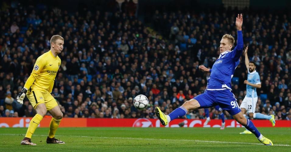 Lukasz Teodorczyk, do Dínamo de Kiev, se estica para tentar marcar contra Joe Hart, goleiro do Manchester City