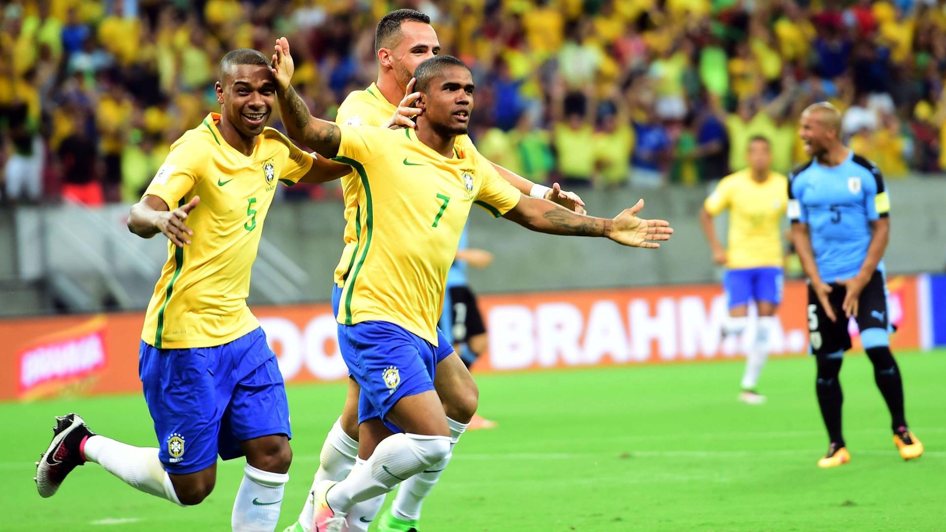 Douglas Costa comemora gol marcado pelo Brasil sobre o Uruguai