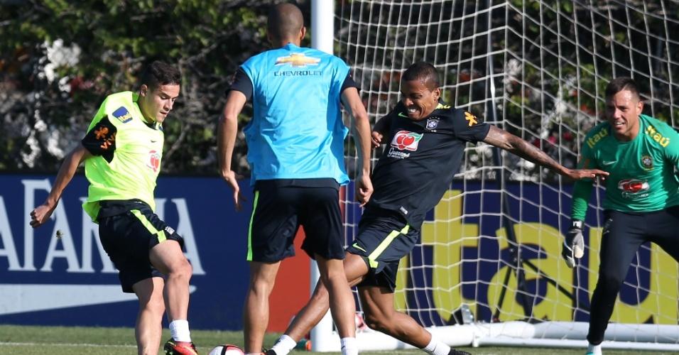 Luiz Gustavo divide bola com Coutinho sob observação de Miranda na seleção