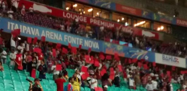 Torcida do Bahia fez protesto contra erros de arbitragem erguendo cartões vermelhos - Twitter oficial do Bahia