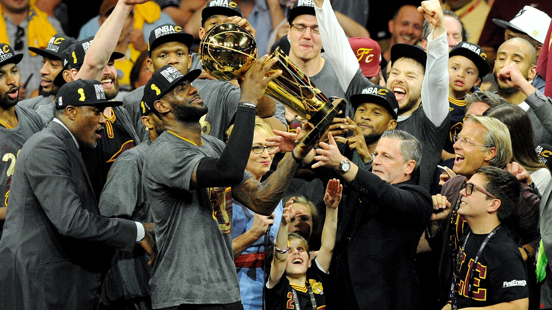 Cavs x Warriors - Finais da NBA - LeBron James com a taça de campeão
