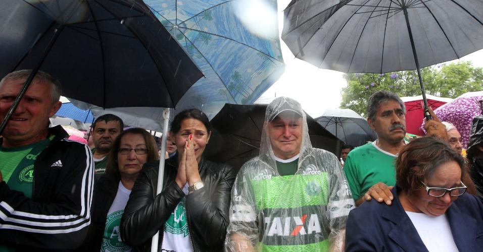 Pessoas acompanham a chegada do cortejo fúnebre à Arena Chapecó