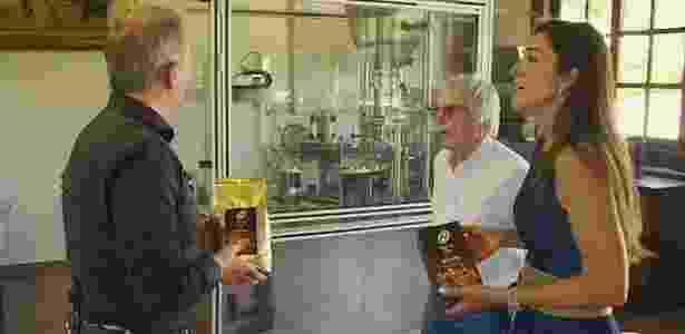 Bernie Ecclestone e a esposa apresentam a seção onde produzem café em Amparo - Sky Sports/Reprodução - Sky Sports/Reprodução