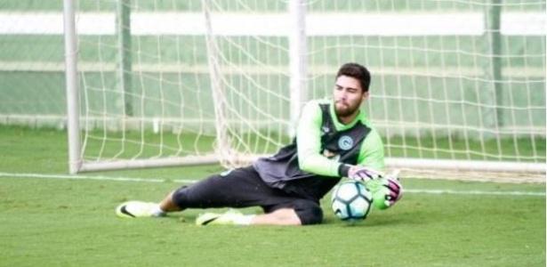 Matheus voltou a treinar no Goiás nove dias após a cotovelada