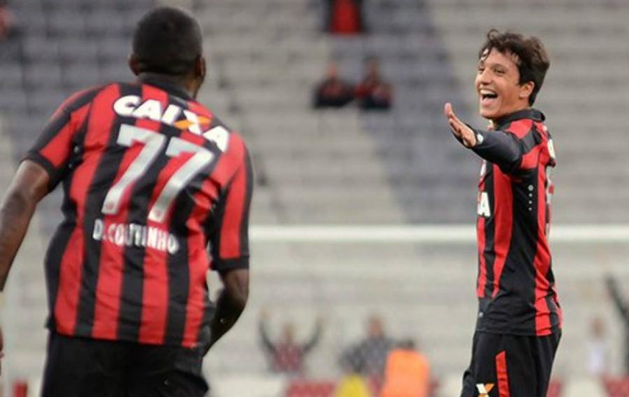 Matheus Anjos comemora um de seus dois gols pelo Atlético-PR contra o Cascavel