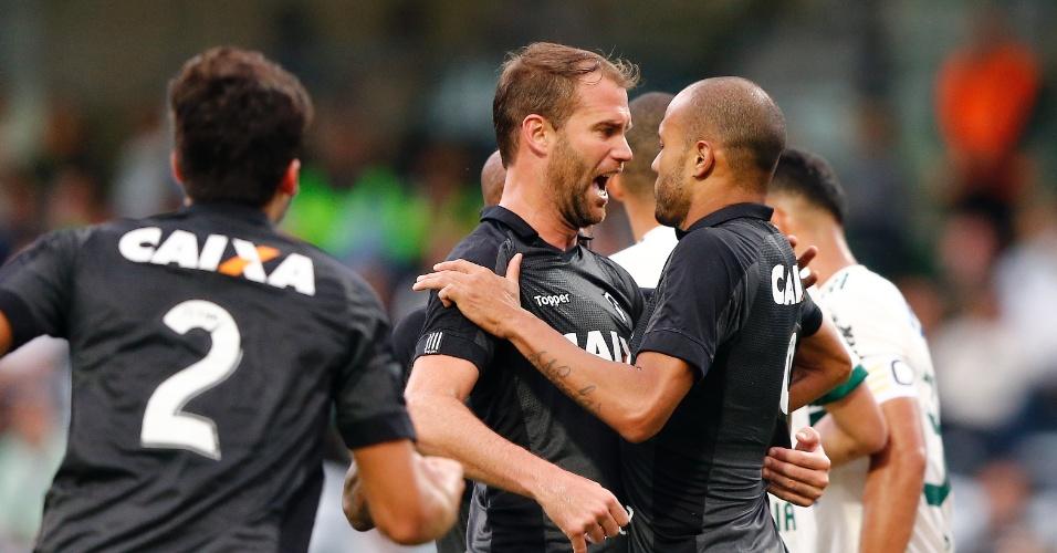 Joel Carli e Roger comemoram gol do Botafogo contra o Coritiba pelo Campeonato Brasileiro