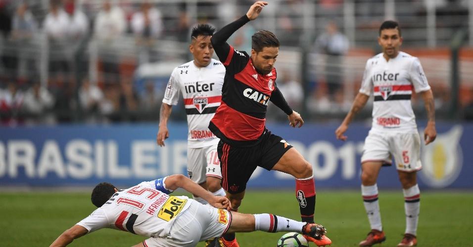 Diego em ação pelo Flamengo no jogo contra o São Paulo