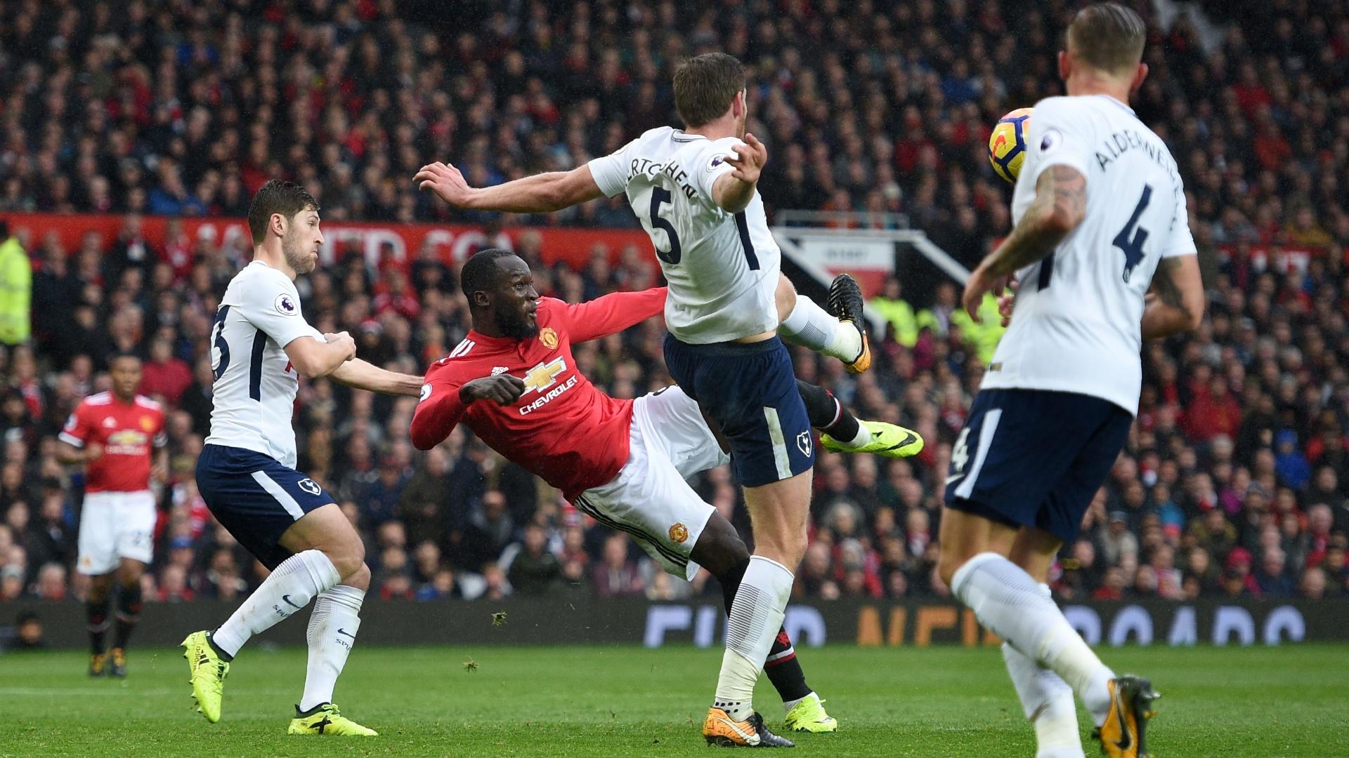 Lukaku tenta uma finalização para o United contra o Tottenham