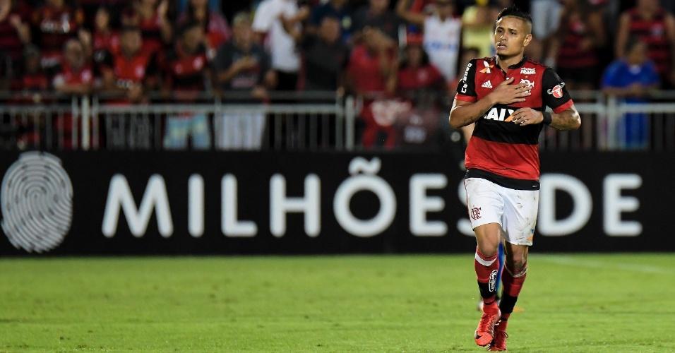 Everton comemora gol do Flamengo contra o Cruzeiro pelo Campeonato Brasileiro