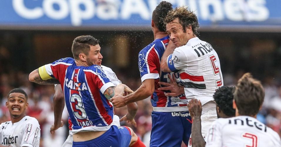 Diego Lugano em ação pelo São Paulo durante jogo contra o Bahia