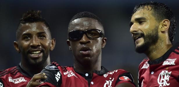 Vinicius Júnior comemora gol do Fla contra o Emelec usando óculos atirado pela torcida