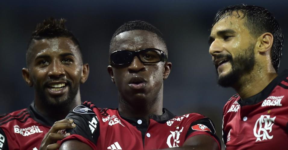 Vinicius Júnior comemora gol do Flamengo contra o Emelec usando óculos atirado pela torcida