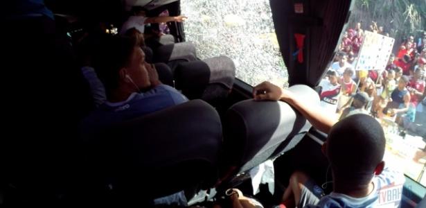 Ônibus do Bahia foi recebido com pedradas no Barradão antes da final