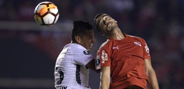 Ralf disputa a bola com jogador do Independiente: vitória do líder na Argentina