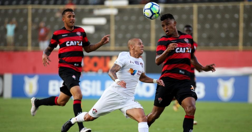 Marcos Junior disputa bola em Vitória x Fluminense pelo Campeonato Brasileiro