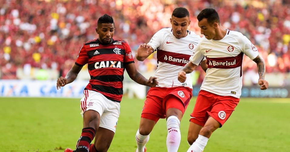 Rodinei disputa bola com William Pottker e Iago em Flamengo x Internacional pelo Campeonato Brasileiro
