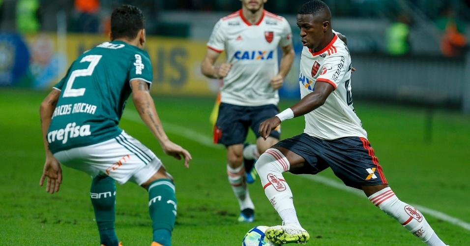 Vinicius Júnior tenta passar pela marcação de Marcos Rocha no jogo Palmeiras x Flamengo