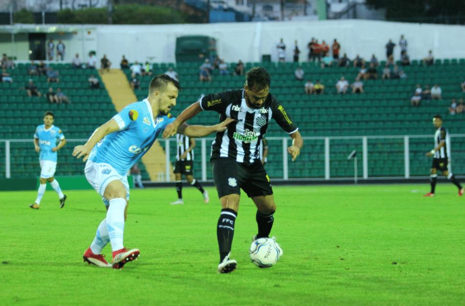 2ae4b1f94a Jogadores disputam bola durante partida entre Figueirense e Paysandu