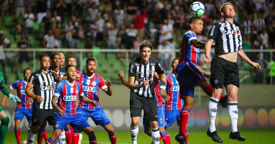 Jogadores de Atlético-MG e Bahia se preparam para bola aérea durante partida em BH