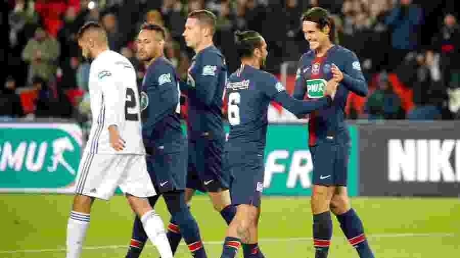 Cavani e Daniel Alves comemoram gol do PSG diante do Strasbourg pela Copa da França 2018/2019 - Charles Platiau/Reuters