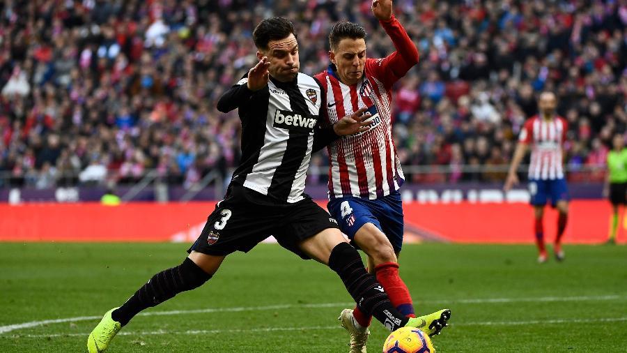 Lateral-esquerdo espanhol Toño García, do Levante, em ação contra o Atlético de Madri  - Pierre-Philippe Marcou/AFP