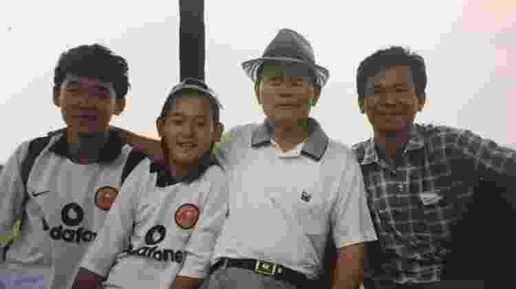 Chico ao lado do irmão, do avô e do pai, em 2003, ainda quando a família vivia no Paraguai - Acervo pessoal