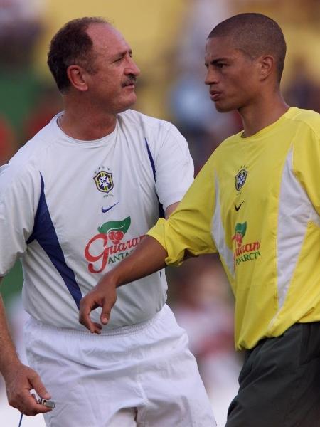 """Treino da Seleção Brasileira no estádio """"Verdão"""". Técnico Luiz Felipe Scolari orienta Alex durante treino em Cuiabá, MS. 04.03.2002. - Eduardo Knapp/Folha Imagem"""
