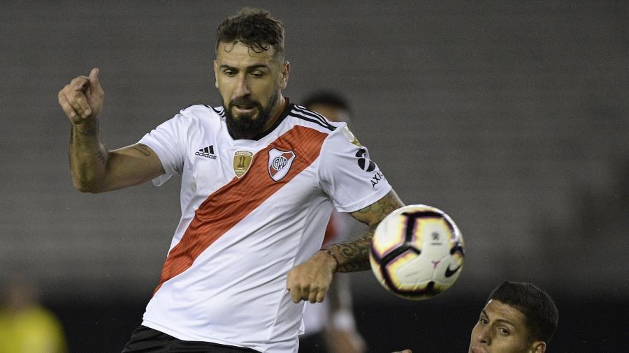 Lucas Pratto disputa bola - Juan Mabromata/AFP