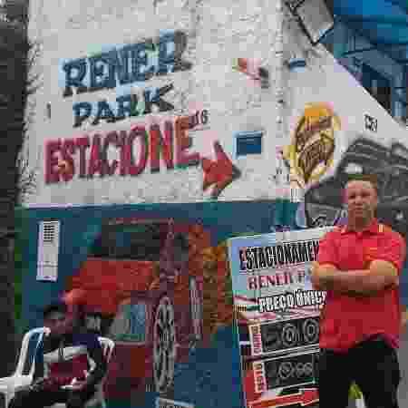 Ricardo de Araújo na porta do estacionamento - José Edgar de Matos/UOL Esporte