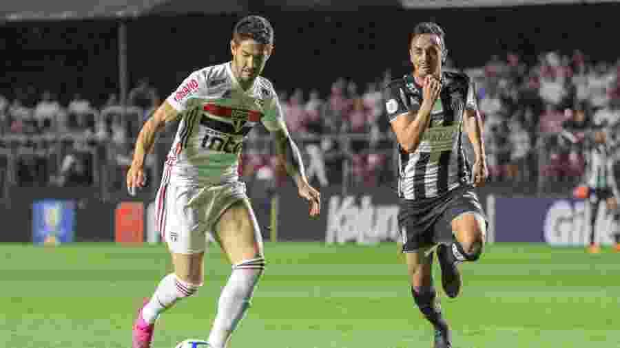 Alexandre Pato conduz a bola acompanhado pela marcação de Pituca durante clássico entre São Paulo e Santos - Lucas Sabino/AGIF