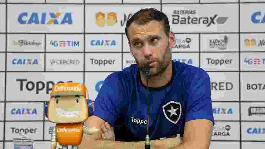 Joel Carli concede entrevista na sala de imprensa do Botafogo, no Nilton Santos - Vitor Silva/BFR