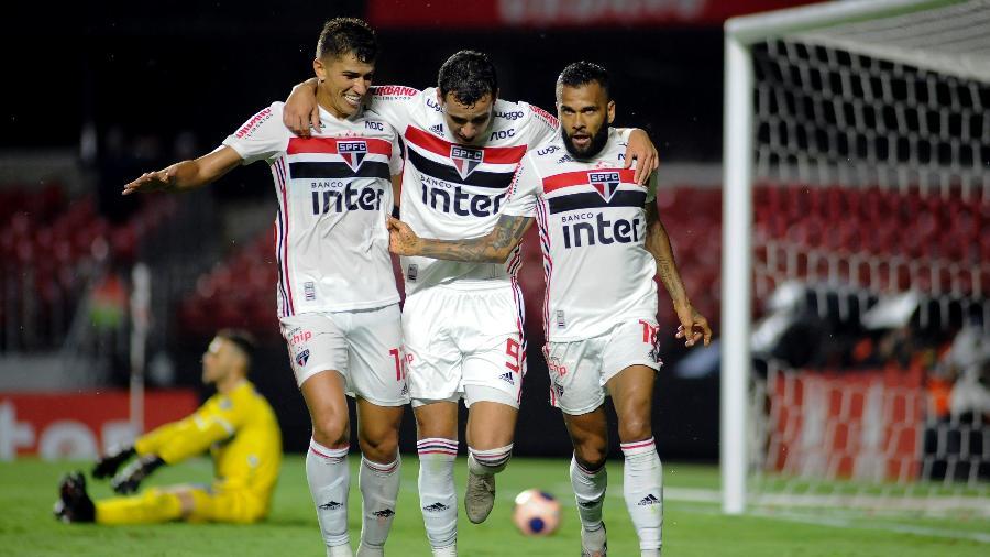 Vitor Bueno, Pablo e Daniel Alves comemoram gol do São Paulo sobre o Água Santa no Morumbi - Alan Morici/AGIF