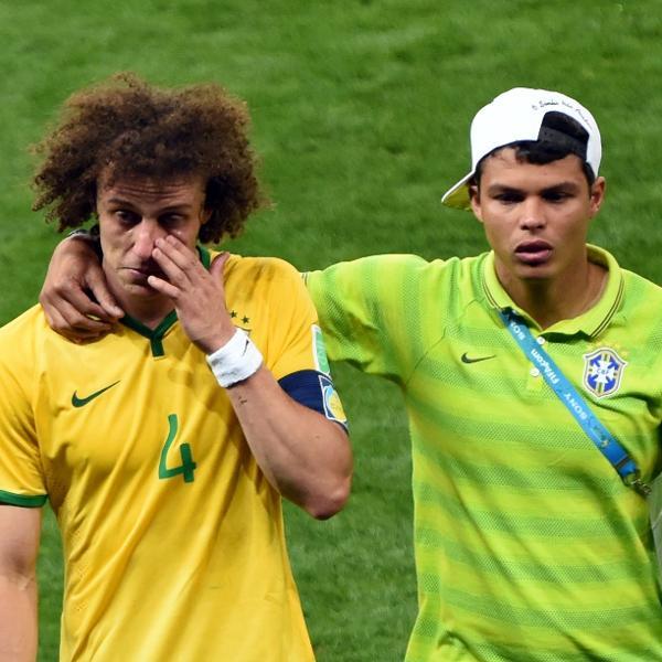 Thiago Silva consola David Luiz depois da semifinal entre Brasil e Alemanha na Copa de 2014