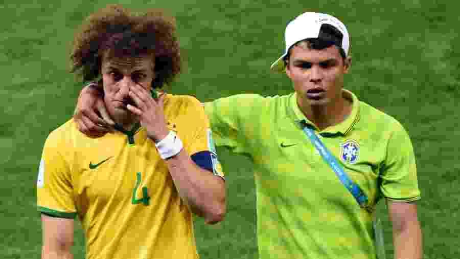 Thiago Silva consola David Luiz depois da semifinal entre Brasil e Alemanha na Copa de 2014 - Andreas Gebert/picture alliance via Getty Images