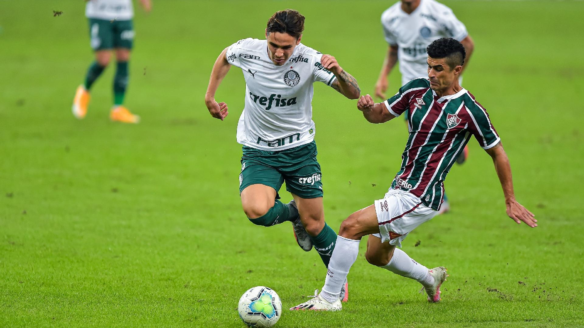 Egídio e Raphael Veiga disputam bola na partida entre Fluminense x Palmeiras
