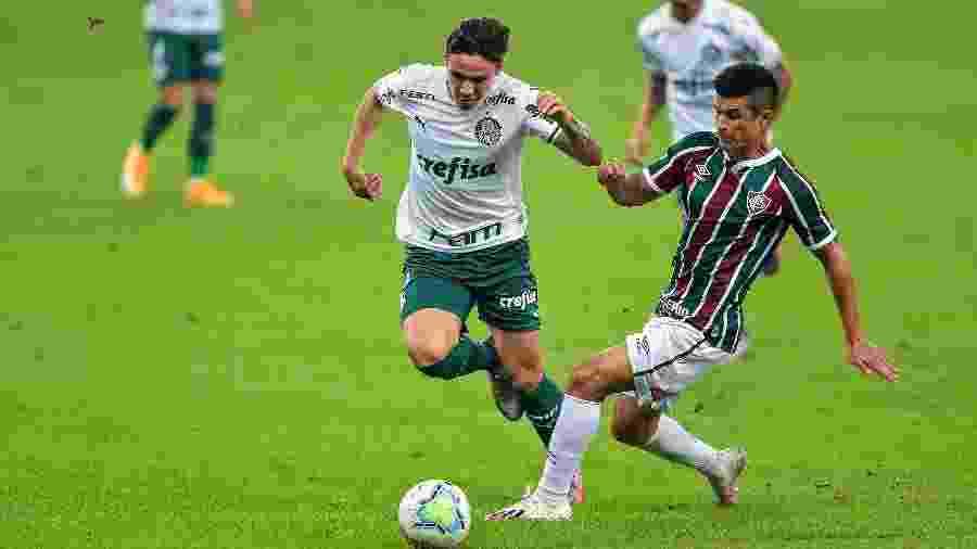 Egídio e Raphael Veiga disputam bola na partida entre Fluminense x Palmeiras - Thiago Ribeiro/AGIF