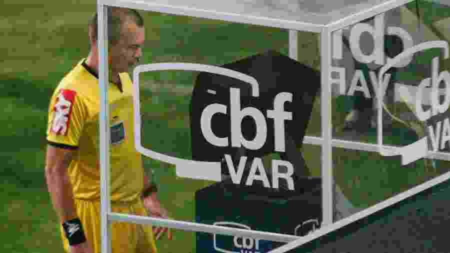 Leandro Vuaden consulta o VAR para marcar pênalti para o Corinthians - Gabriel Machado/Gabriel Machado/AGIF