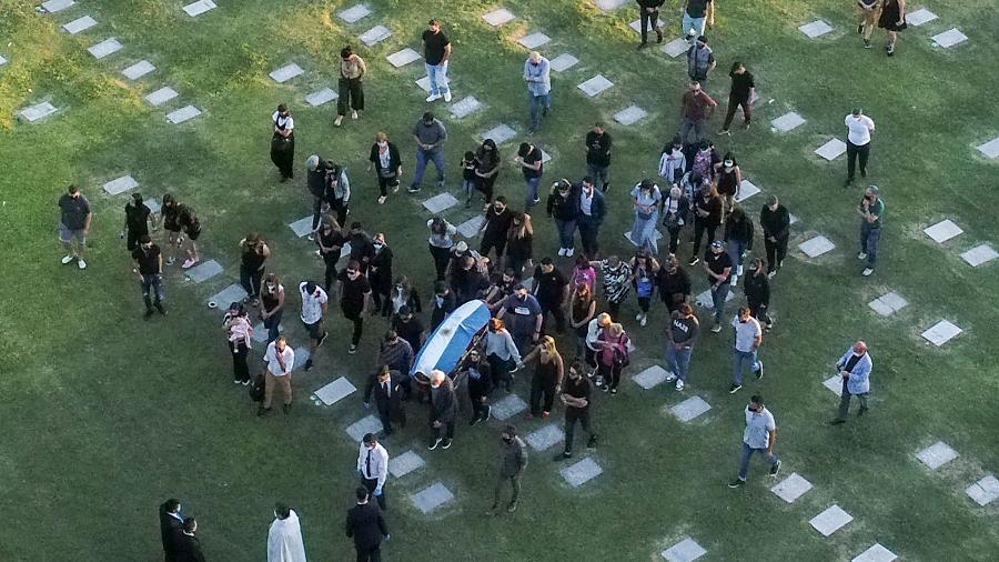 Familiares e amigos carregam caixão de Diego Maradona  - Emiliano LASALVIA / AFP
