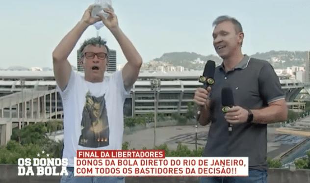 Neto despeja garrafa de água para conter o calor do Rio de Janeiro