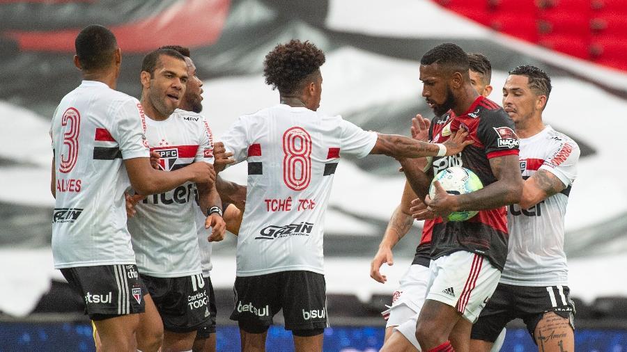 Gerson e Tchê Tchê se desentendem durante Flamengo x São Paulo, pelo primeiro turno do Brasileirão 2020 - Alexandre Vidal / Flamengo
