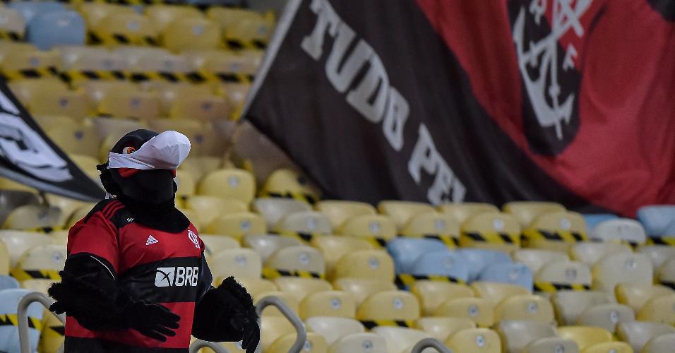 Mascote do Flamengo durante partida contra Nova Iguacu no Maracanã