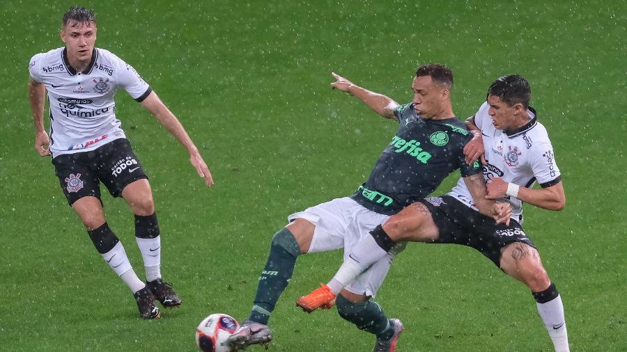 Mateus Vital e Breno Lopes em disputa durante o Dérbi na Neo Química Arena. FPF não quis adiar a partida pelo Paulistão - Marcello Zambrana/AGIF